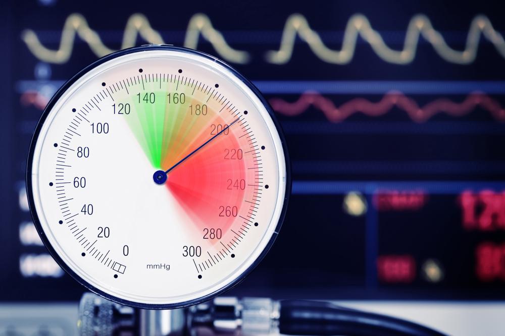 Blutdruckmessgerät mit sehr hohem Wert und eine Überwachungsmonitor welcher mit Hohen Blutdruckwerten